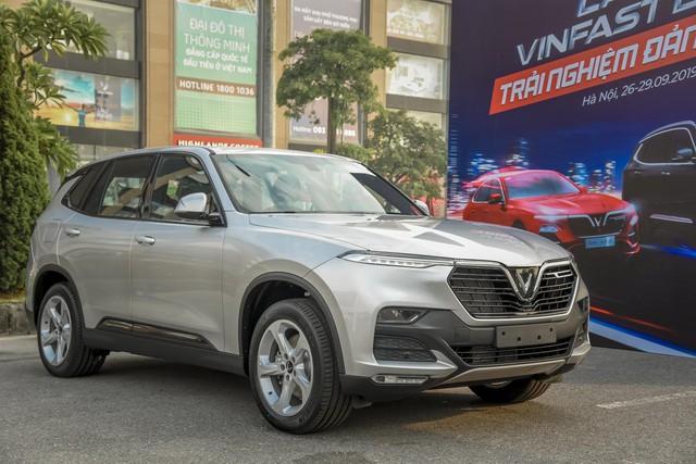 Hàng nghìn lượt khách phấn khích lái thử xe VinFast Lux tại Hà Nội - Ảnh 1.