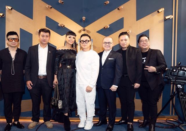 """Đạo diễn Victor Vũ, doanh nhân Dương Quốc Nam cùng NTK Công Trí mừng ra mắt """"Tuyệt tác giấu kín"""" - Ảnh 1."""