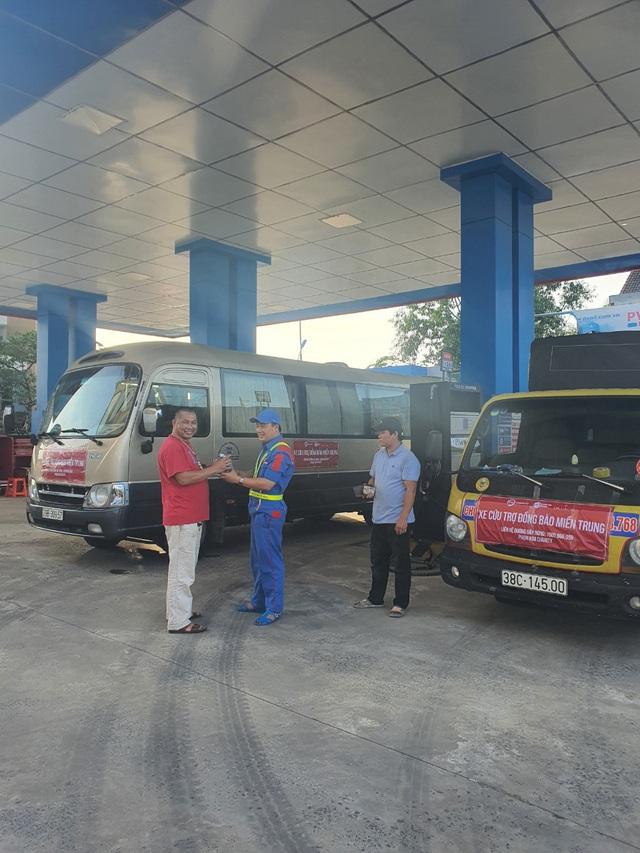 PVOIL hỗ trợ xăng dầu xe cứu trợ đồng bào lũ lụt Miền Trung - Ảnh 1.
