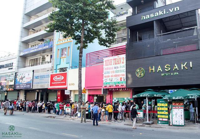 Hasaki khai trương chi nhánh 12: Đông nghịt người mua sắm, bên ngoài xếp hàng dài từ sáng đến tối để hốt quà xông đất, săn sale 1.000 đồng - Ảnh 1.