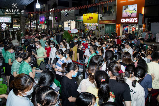 Hasaki khai trương chi nhánh 12: Đông nghịt người mua sắm, bên ngoài xếp hàng dài từ sáng đến tối để hốt quà xông đất, săn sale 1.000 đồng - Ảnh 2.