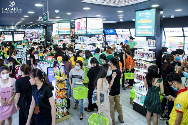 Hasaki khai trương chi nhánh 12: Đông nghịt người mua sắm, bên ngoài xếp hàng dài từ sáng đến tối để hốt quà xông đất, săn sale 1.000 đồng - Ảnh 6.