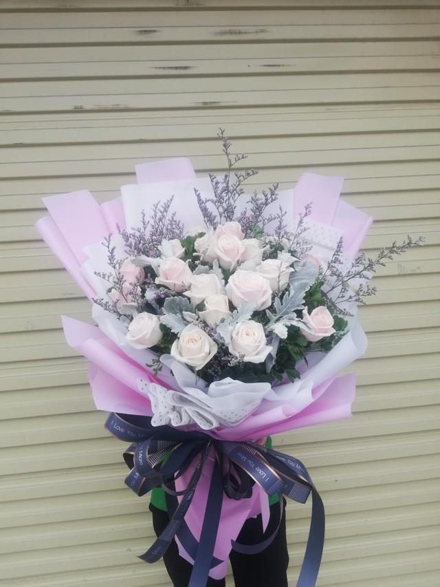 Những bó hoa siêu to khổng lồ làm nàng choáng ngợp - Ảnh 4.