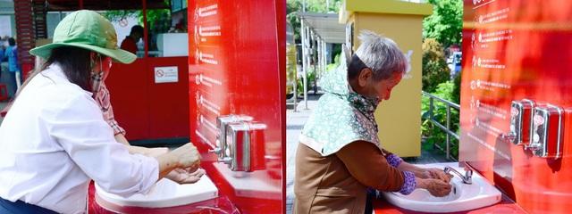 Cùng Chi Pu nhảy Ghen Cô Vy gây quỹ xây dựng 100 trạm rửa tay dã chiến Lifebuoy miễn phí - Ảnh 1.