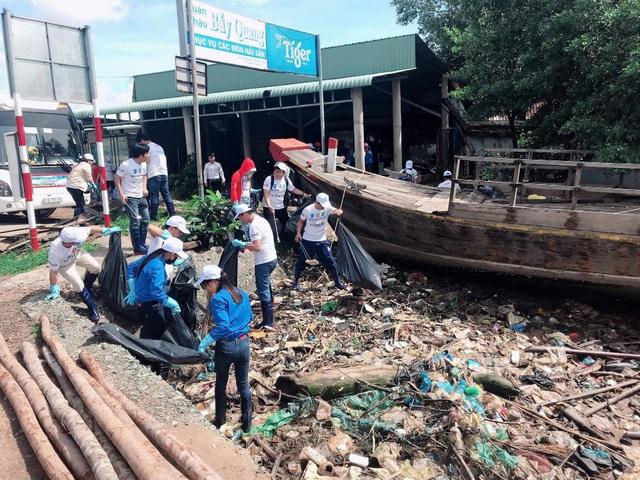 Hỗ trợ 110.000 lít nước khoáng La Vie cho người dân vùng hạn mặn - Ảnh 2.
