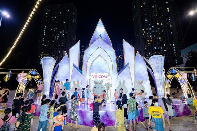 Người dân Thủ đô hào hứng check-in với cây đèn lồng Hoa Đăng lớn nhất Việt Nam - Ảnh 4.