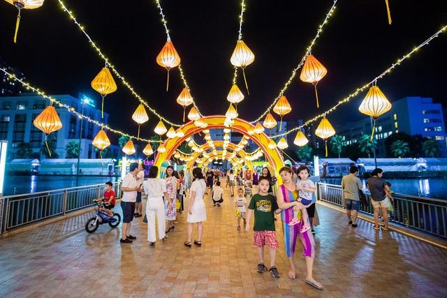 Người dân Thủ đô hào hứng check-in với cây đèn lồng Hoa Đăng lớn nhất Việt Nam - Ảnh 5.