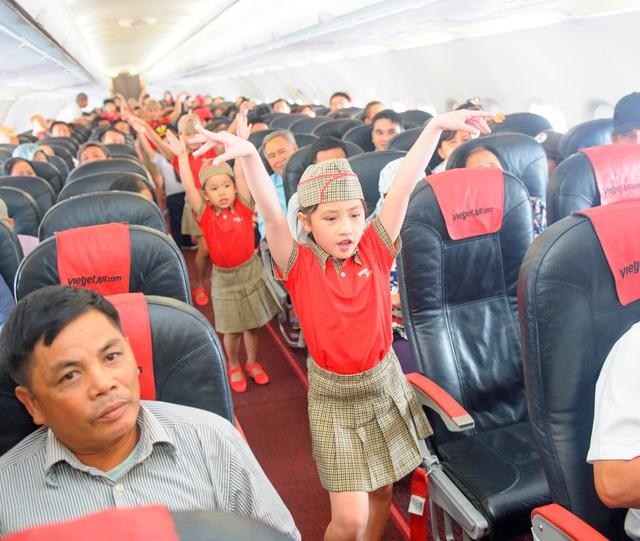 """Dàn phi công, tiếp viên """"nhí"""" khuấy động các chuyến bay Vietjet Air trong ngày 1/6 - Ảnh 1."""