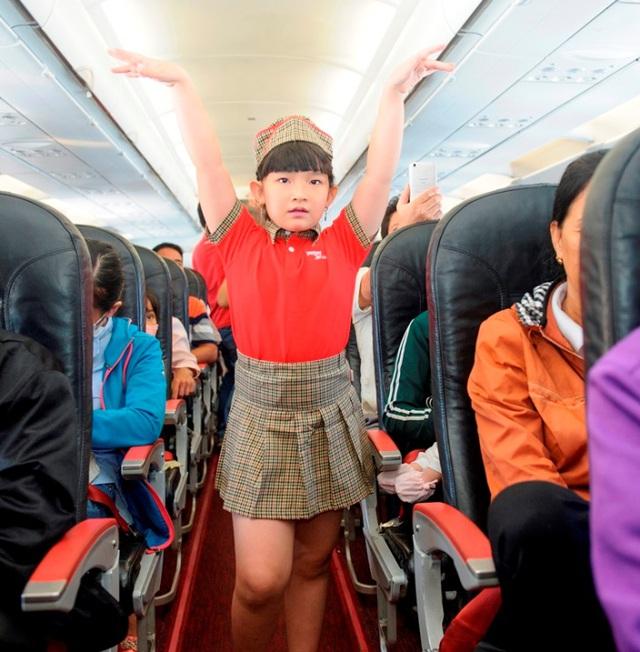 """Dàn phi công, tiếp viên """"nhí"""" khuấy động các chuyến bay Vietjet Air trong ngày 1/6 - Ảnh 2."""