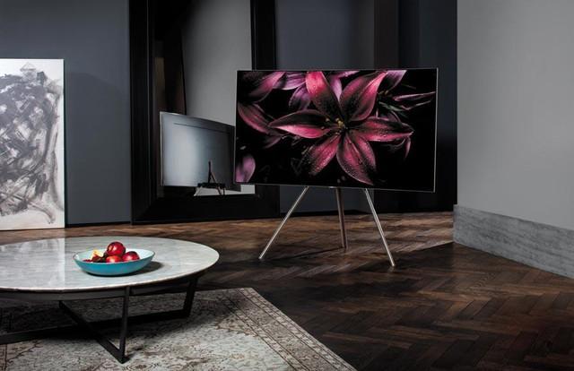 Hay như thiết kế của chiếc TV QLED này. Nhìn thoáng qua, trông nó cũng không khác gì những chiếc TV khác. Tuy nhiên, điểm đặc biệt là ở thiết kế chân đế. Gọn gàng và mang hơi hướng Mid – Century, phần chân đế tối giản của TV QLED sẽ giúp phòng khách của bạn thanh thoát hơn rất nhiều