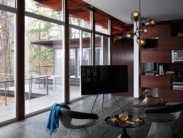 Sự tối giản là cần thiết, đặc biệt với những không gian nhỏ. Ví dụ ở trên, phòng khách nhỏ nhắn nhưng đồ nội thất được lựa chọn với ngôn ngữ tối giản. Từ sofa, bàn uống nước, kệ gỗ đến TV QLED. Tất cả đều được thiết kế chuẩn mực với đường nét tối giản cùng tỷ lệ hợp lý.