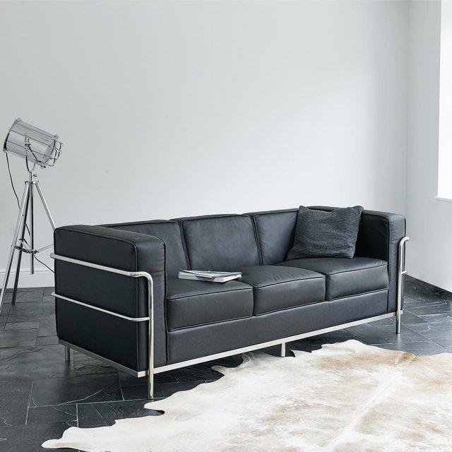 Sofa LC2. Chiếc Sofa huyền thoại được thiết kế bởi KTS Le Corbusier. Dáng dấp đơn giản có phần cục mịch của nó sẽ là lựa chọn đẳng cấp cho một phòng khách Minimalism.