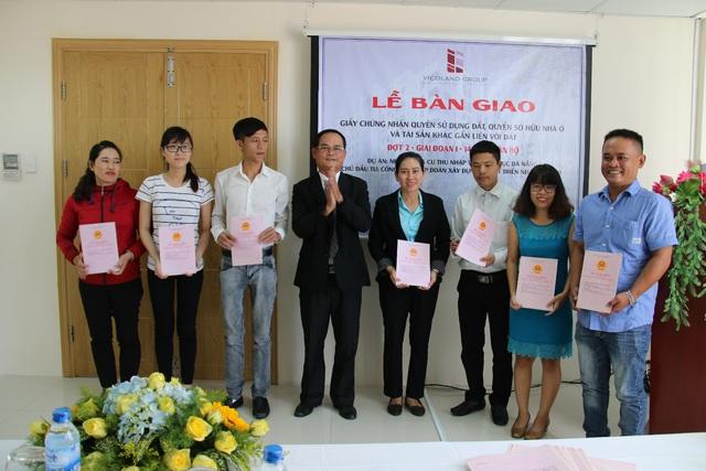 Ông Hồ Kỷ - Phó Tổng Giám đốc Tập đoàn Vicoland trao sổ hồng cho cư dân Vicoland Đà Nẵng