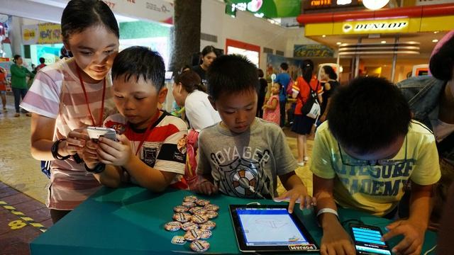Các bạn nhỏ hào hứng trải nghiệm ứng dụng trong sự kiện ra mắt của PopJam tại Sự kiện Đảo Kho Báu hợp tác với WebTreTho