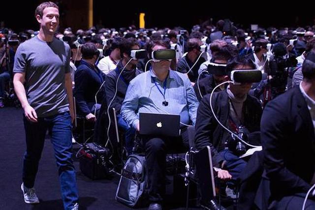Mark đang bước lên sân khấu trong lúc khách mời đang đeo Gear VR