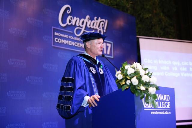 Chủ tịch Broward College nhấn mạnh về sự nỗ lực không ngừng của chính bản thân mỗi sinh viên mới chính là chìa khóa dẫn đến mọi thành công