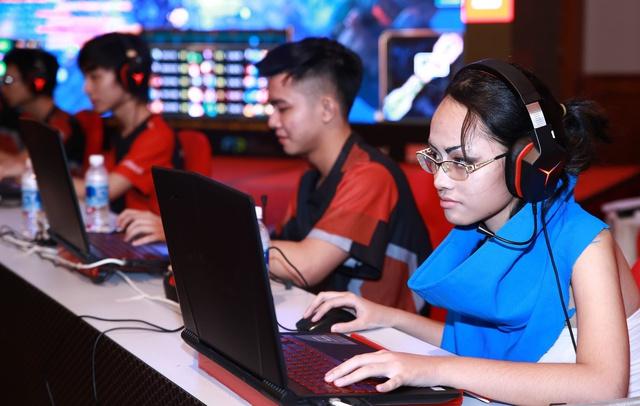 Game thủ hào hứng so tài trên laptop chơi game cực mạnh Lenovo Legion.