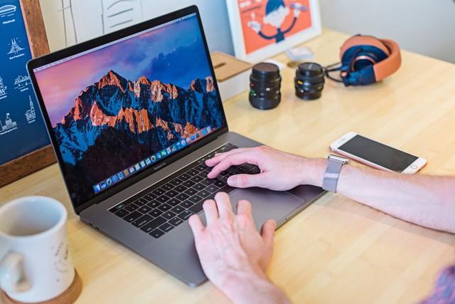 Ví dụ code iOS mà không dùng Mac thì cài máy ảo này nọ cũng mệt với khoai lắm nhé!