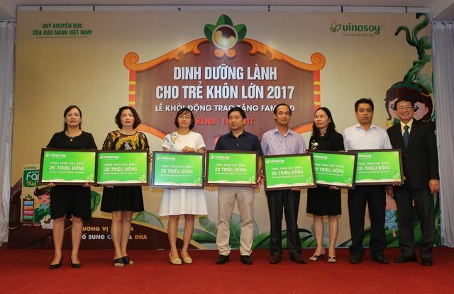 Vinasoy trao tặng 1,3 triệu suất sữa Fami Kid cho học sinh Tiểu học - Ảnh 2.