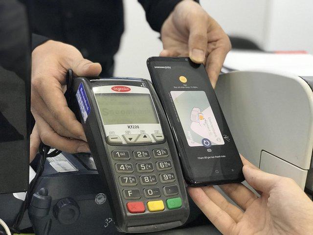 Một bách hoá nhỏ với máy quẹt thẻ cũ như thế này cùng hoạt động tốt với Samsung Pay.