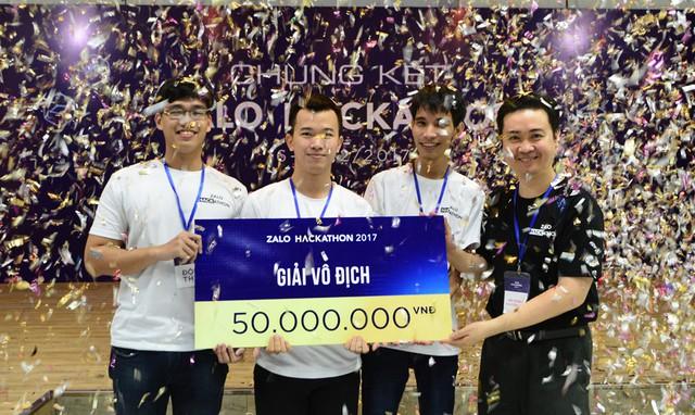 Đội Trojans gồm ba sinh viên ở TP.HCM đã giành ngôi vô địch với ứng dụng theo dõi sức khỏe. Ảnh: Lê Quân.