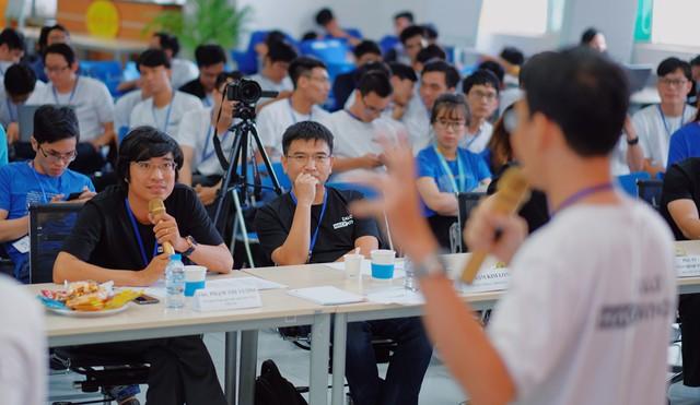 Trước đó, các đội thi phải trải qua 24 giờ thử thách phát triển sản phẩm và vòng thuyết trình trước các giám khảo khó tính. Ảnh: Duy Tín.