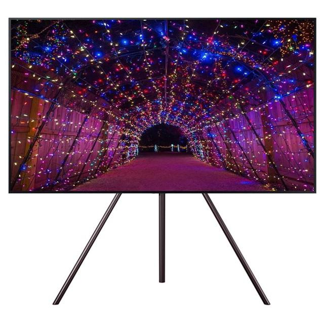 Samsung cũng ra mắt dòng TV UA55LS003 khung tranh với thiết kế tinh tế và hiện đại. Chân đỡ cổ điển với khung kim loại vững chắc tạo cho bạn cảm giác rằng, đây là một tác phẩm hội họa chứ không còn là một thiết bị điện tử vô hồn nữa. Đầy tiện nghi và thẩm mỹ, đúng là một mẫu TV hoàn hảo về thiết kế.