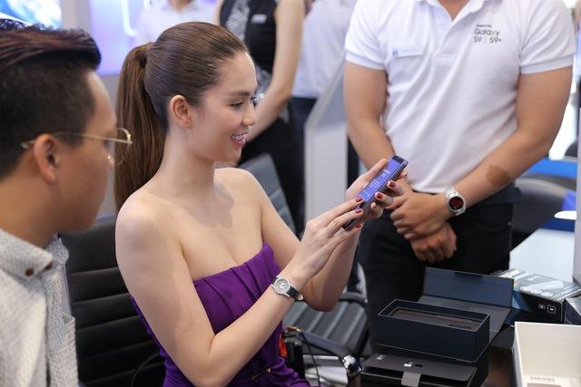 Là iFan 8 năm qua nhưng hôm nay Ngọc Trinh lại đi mua Galaxy S9+ - Ảnh 1.