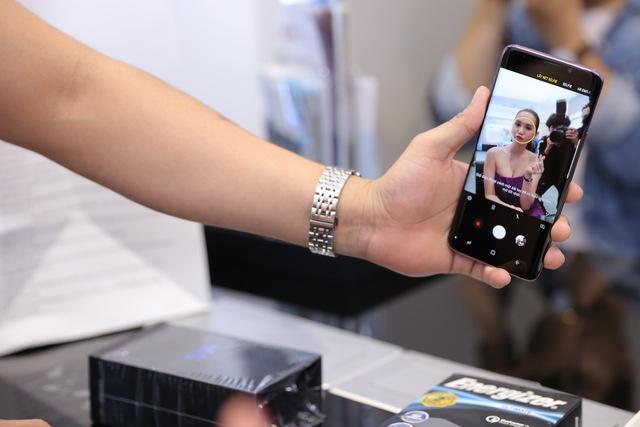 Là iFan 8 năm qua nhưng hôm nay Ngọc Trinh lại đi mua Galaxy S9+ - Ảnh 6.