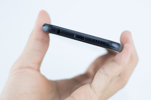 Cạnh dưới cùng là nơi đặt loa, cổng kết nối USB Type C hiện đại hỗ trợ sạc nhanh 9V/2A và jack cắm 3.5mm thông dụng.