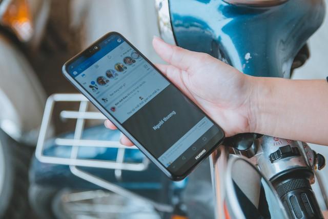 World cup thời công nghệ, mắt xem đá bóng, tay cầm smartphone - Ảnh 2.