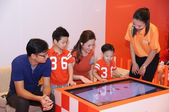 """Cả gia đình Đan Lê - Khải Anh tham gia sự kiện giới thiệu ứng dụng công nghệ số thông minh """"FWD Cùng nhịp đập"""" - ảnh 2"""