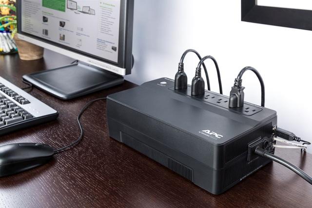 Easy UPS 1 pha có thiết kế nhỏ gọn, dễ dàng lắp đặt, phù hợp với không gian văn phòng nhỏ hay co-working space.