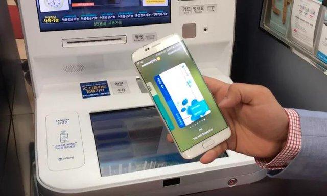 Thay vì phải cho thẻ vật lý vào khe và ấn các nút trên cây ATM, các thao tác sẽ được thực hiện trên điện thoại của riêng bạn mà không một công cụ nào có thể ăn cắp thông tin được. Ảnh: CNET.