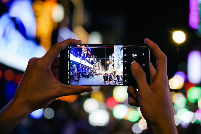 Với Galaxy S9+, tôi đã có những chuyến rong chơi đêm Sài Gòn chất như thế - Ảnh 1.