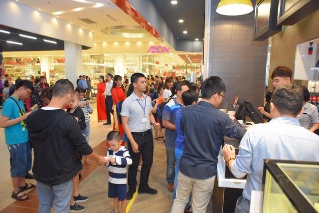McDonald's Aeon Celadon Tân Phú ra mắt ngay dịp giáng sinh. - Ảnh 1.