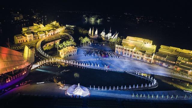Reuters ghi nhận Hội An sở hữu chương trình biểu diễn thực cảnh đẹp hàng đầu thế giới - Ảnh 2.