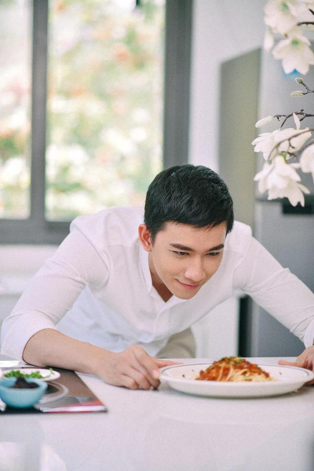 Soái ca sơ mi trắng Võ Cảnh đốn tim cư dân mạng trong MV đậm chất ngôn tình - Ảnh 3.