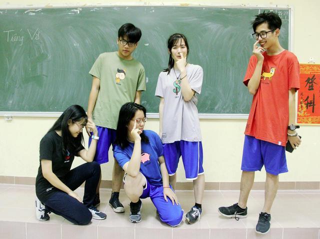 Hot girl ngoại ngữ Khánh Vy, vlogger đanh đá Tun Phạm tạo trend mới cùng áo phông T-Vịt siêu đáng yêu - Ảnh 9.