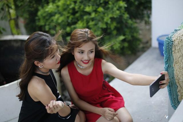 """Để tránh cảnh """"Facebook ai người đó đẹp"""", phải biết cách selfie đẹp cả đôi - Ảnh 2."""