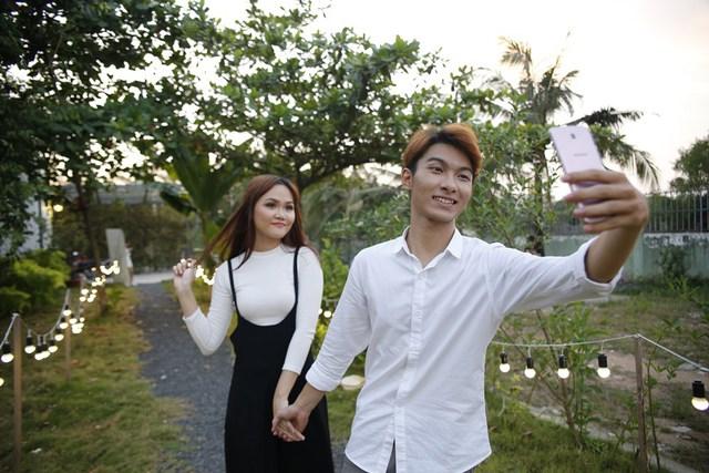 """Để tránh cảnh """"Facebook ai người đó đẹp"""", phải biết cách selfie đẹp cả đôi - Ảnh 3."""