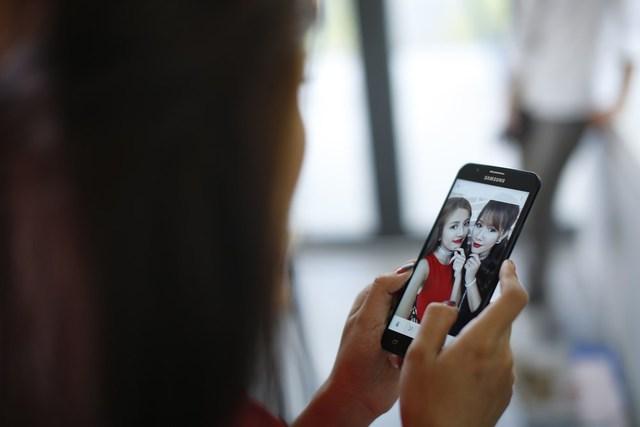 """Để tránh cảnh """"Facebook ai người đó đẹp"""", phải biết cách selfie đẹp cả đôi - Ảnh 4."""