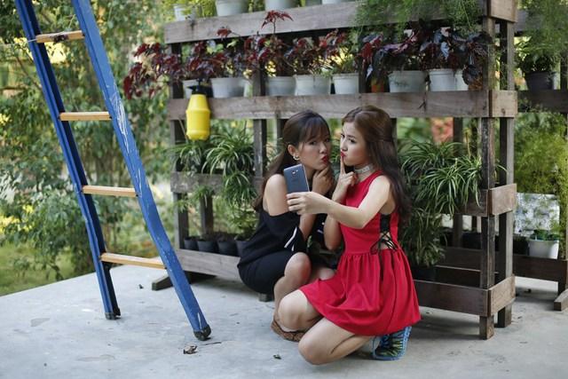 """Để tránh cảnh """"Facebook ai người đó đẹp"""", phải biết cách selfie đẹp cả đôi - Ảnh 8."""