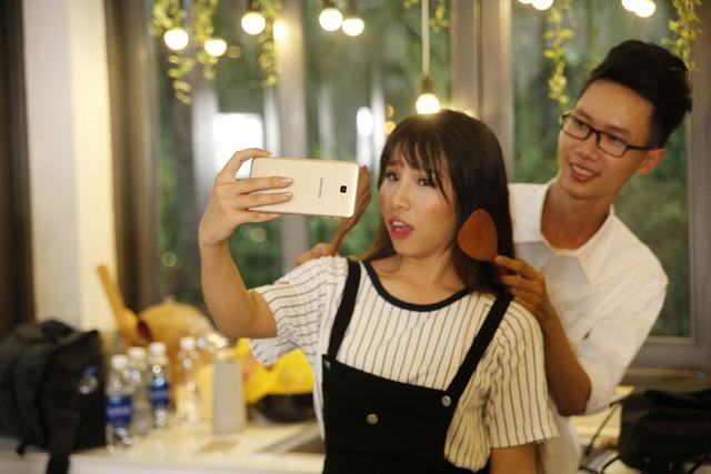 """Để tránh cảnh """"Facebook ai người đó đẹp"""", phải biết cách selfie đẹp cả đôi - Ảnh 9."""