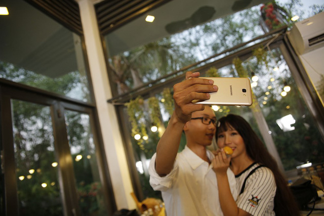 """Để tránh cảnh """"Facebook ai người đó đẹp"""", phải biết cách selfie đẹp cả đôi - Ảnh 10."""