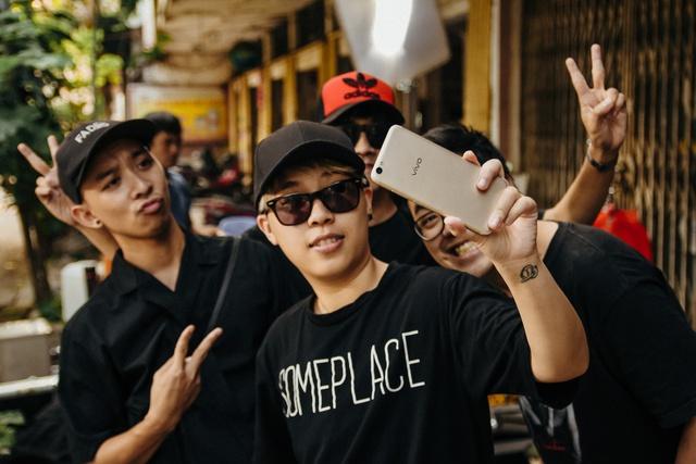 Choáng với trình selfie sống ảo của Kai Đinh & Ê kíp MV Điều buồn nhất - Ảnh 1.