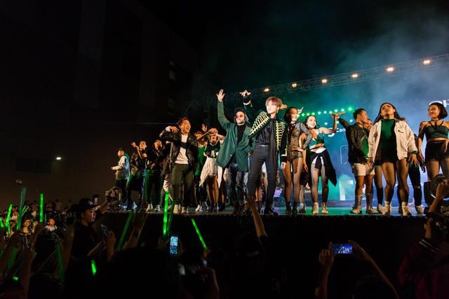 Vừa hát, vừa selfie với 5.000 khán giả, chỉ có thể là Sơn Tùng - Ảnh 1.