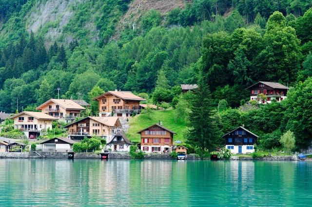 Du học Thụy Sĩ nhận bằng Anh/Mỹ, thực tập hưởng lương 12 tháng - Ảnh 1.
