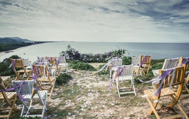 Độc đáo lễ cưới đẹp như mơ trên mỏm đá bên bờ biển Hải Hoà - Ảnh 3.