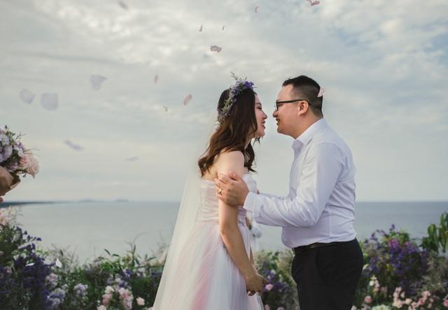 Độc đáo lễ cưới đẹp như mơ trên mỏm đá bên bờ biển Hải Hoà - Ảnh 9.